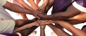 fundacion1 300x128 - Eine Gruppe von vielfältigen Menschen bildet eine Einheit als Team